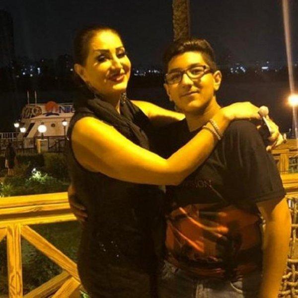 مع ابنها