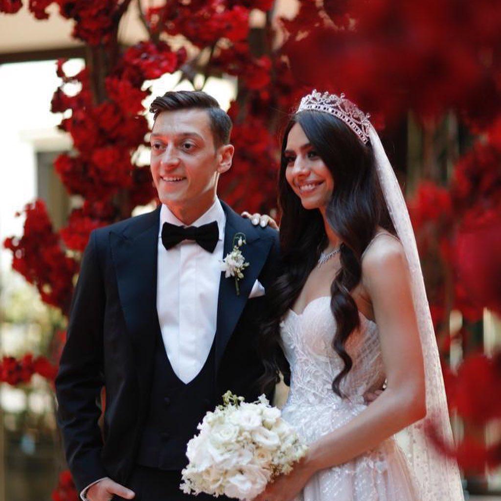 مسعود أوزيل يجري عمليات جراحية لألف طفل بمناسبة زواجه من ملكة جمال تركيا