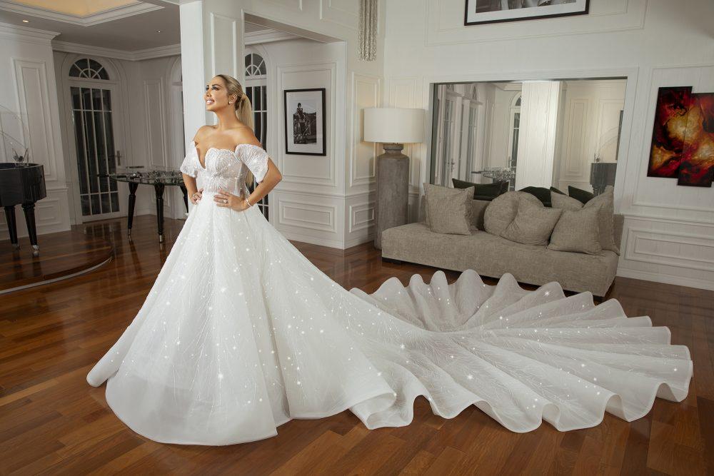 شاهدي فستان الأحلام المرصّع بأكبر عدد من كريستال الشواروفسكي