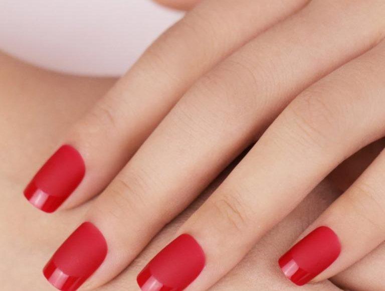 مناكير احمر لبشرة بيضاء