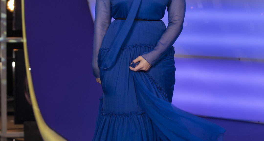 رؤى الصبان في فستان باللون الأزرق الداكن