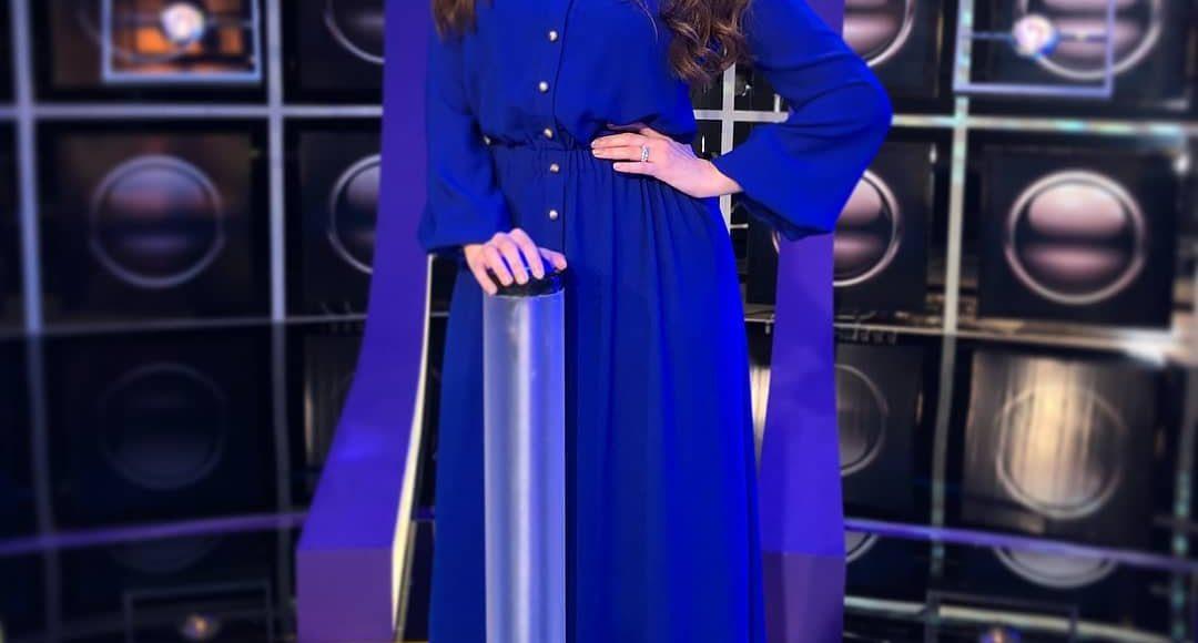 رؤى الصبان في فستان باللون الأزرق النيلي