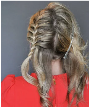 قومي بتجديل الجزء الأيسر من شعرك في ضفيرة جانبية