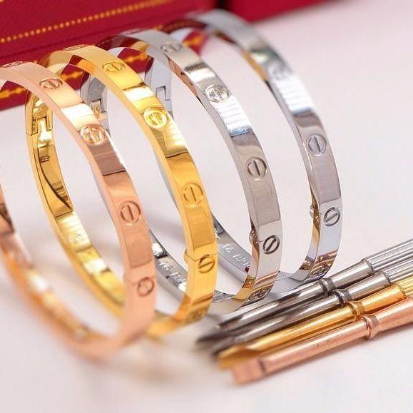 التصميمات المختلفة للأساور الذهبية من دار كارتير