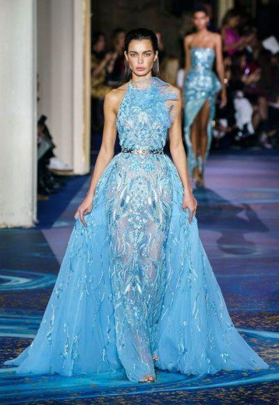 تصميم فستان سهرة طويل باللون الأزرق السماوي مناسب للخطوبة