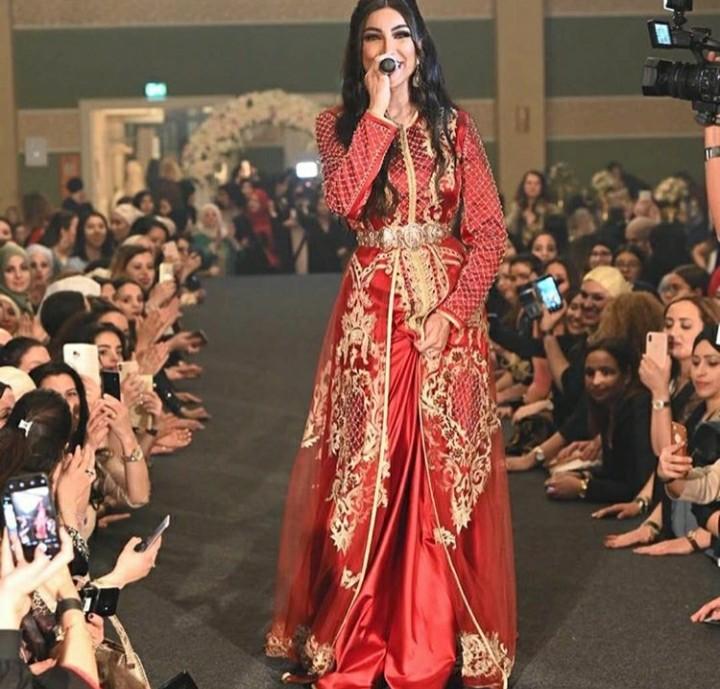 المطربة المغربية دنيا بطمة ترتدي قفطانًا مغربيًا