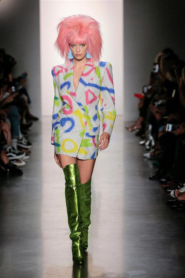 حذاء ملون من اللون الأخضر وشعر مستعار من اللون الوردي الفاتح