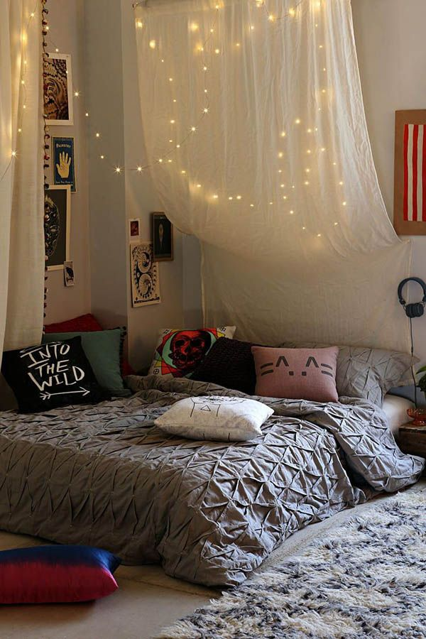 الإضاءة الخفيفة تُضفي رومانسية على ديكور غرفة النوم
