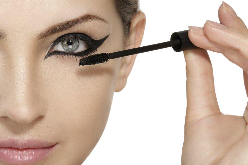 الخطوة 4 تطبيق الايلاينر في الزاوية الداخلية للعينين