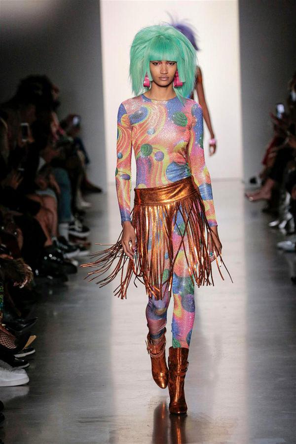 الألوان الزاهية ميزت عرض ازياء جيريمي سكوت 2020