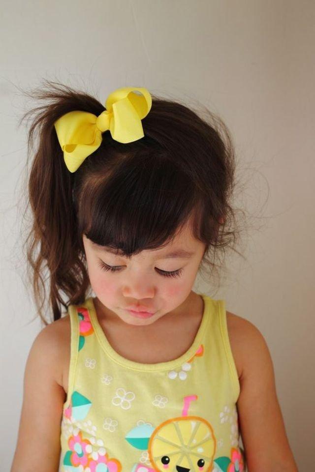 الفيونكه الصفراء تزين شعر الفتيات
