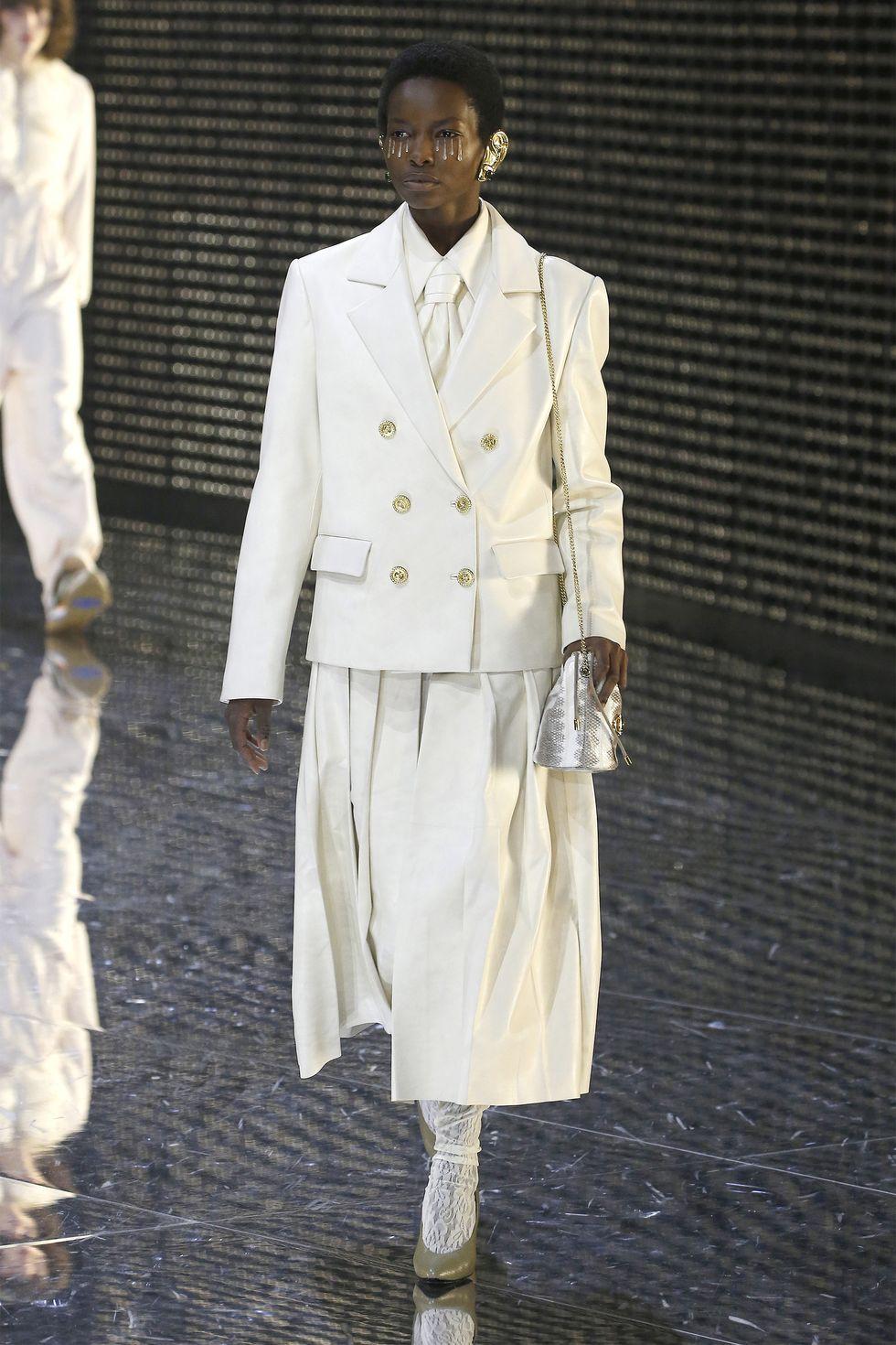 اللون الأبيض يميز البدلة النسائية من دار جوتشي