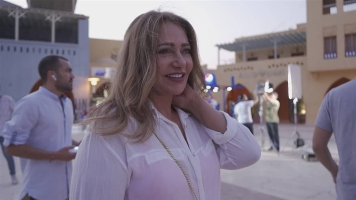 النجمة الكبيرة ليلى علوي أثناء مشاركتها في أغنية سقفة المقدمة من شركة طيارة لمهرجان الجونة السينمائي لعام 2019