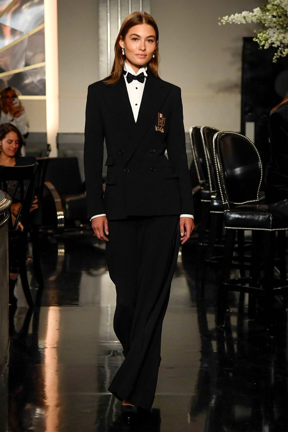 بدلة نسائية مميزة من اللون الأسود من تصميم رالف لورين 2020