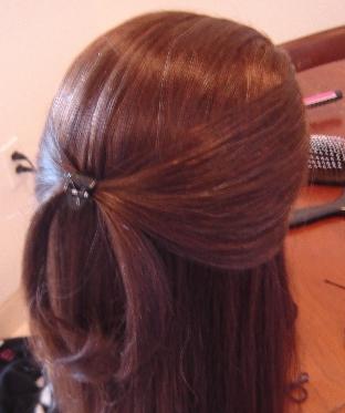 تصفيف الشعر بشكل مميز قبل الذهاب إلي المدرسة