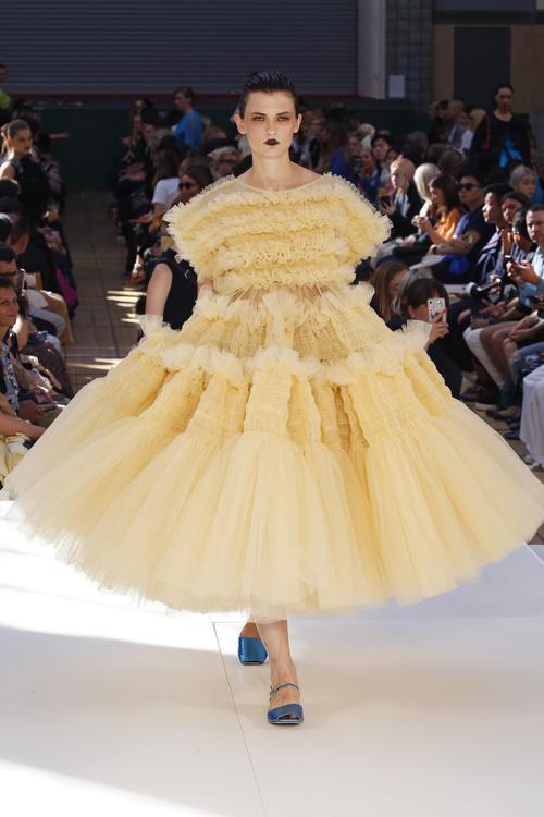 تصميم جريء لفستان من اللون الأصفر الفاتح