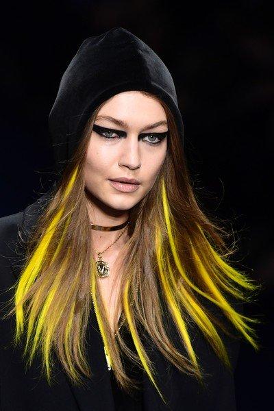 خصل الشعر الصفراء إحدى اختيارات جيجي حديد الجريئة