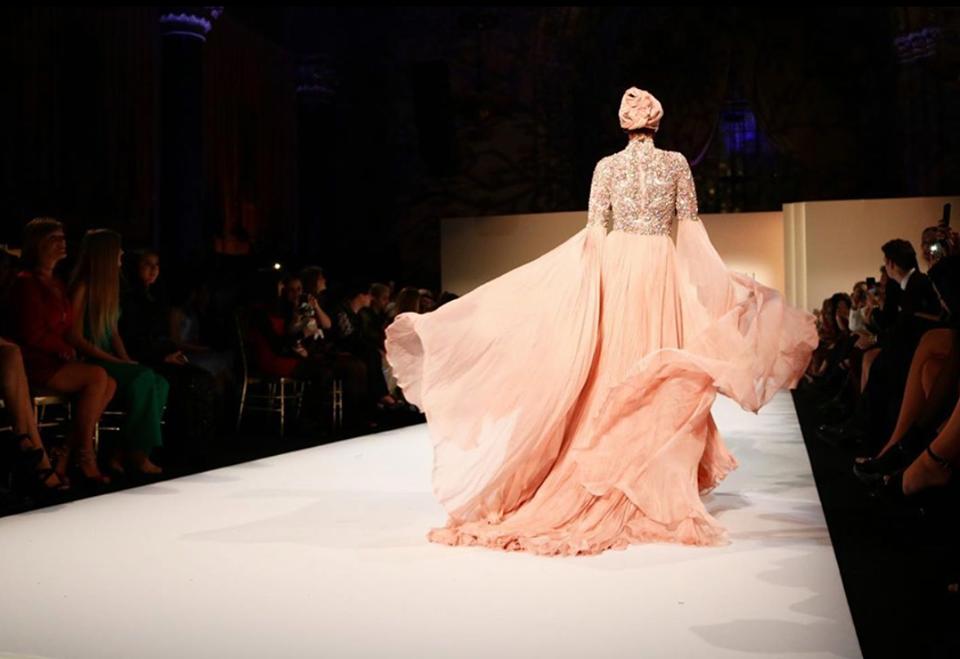 فستان من اللون السيمون المميز في عروض دار ازياء شيري هيل 2020