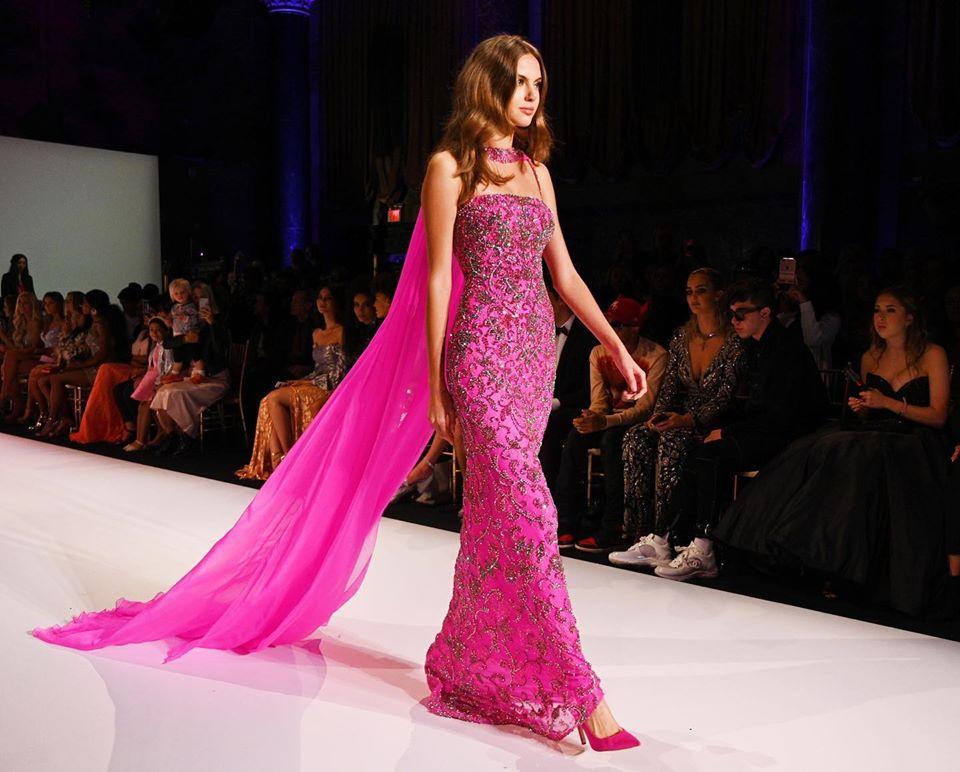 فستان من اللون الفوشيا المميز من دار شيري هيل خلال اسبوع الموضه في نيويورك