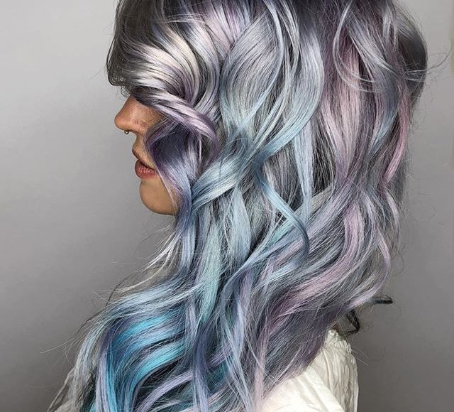 صورة لون شعر رمادي داكن مع خصلات شعر ملونة لصاحبات البشرة السمراء
