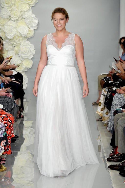 فستان زفاف من دار ثيا بأكمام قصيرة مصنوعة من الدانتيل