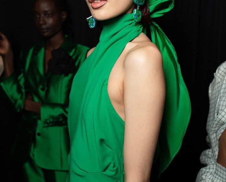 من مجموعة جيرمي سكوت أقراط باللون الأخضر العشبي من أسبوع الموضة