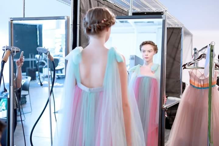 الضفائر الملكية من تسريحات الشعر لأسبوع الموضة