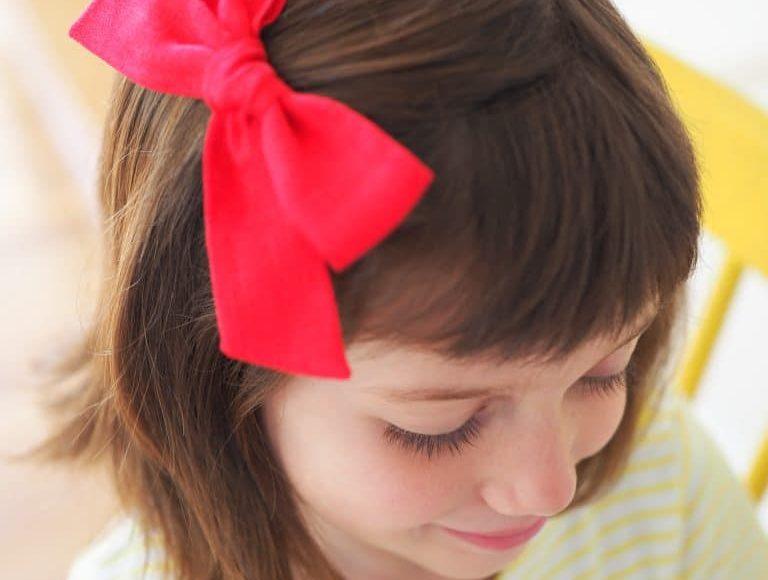 صورة تسريحة شعر بسيطة ملائمة للمدرسة
