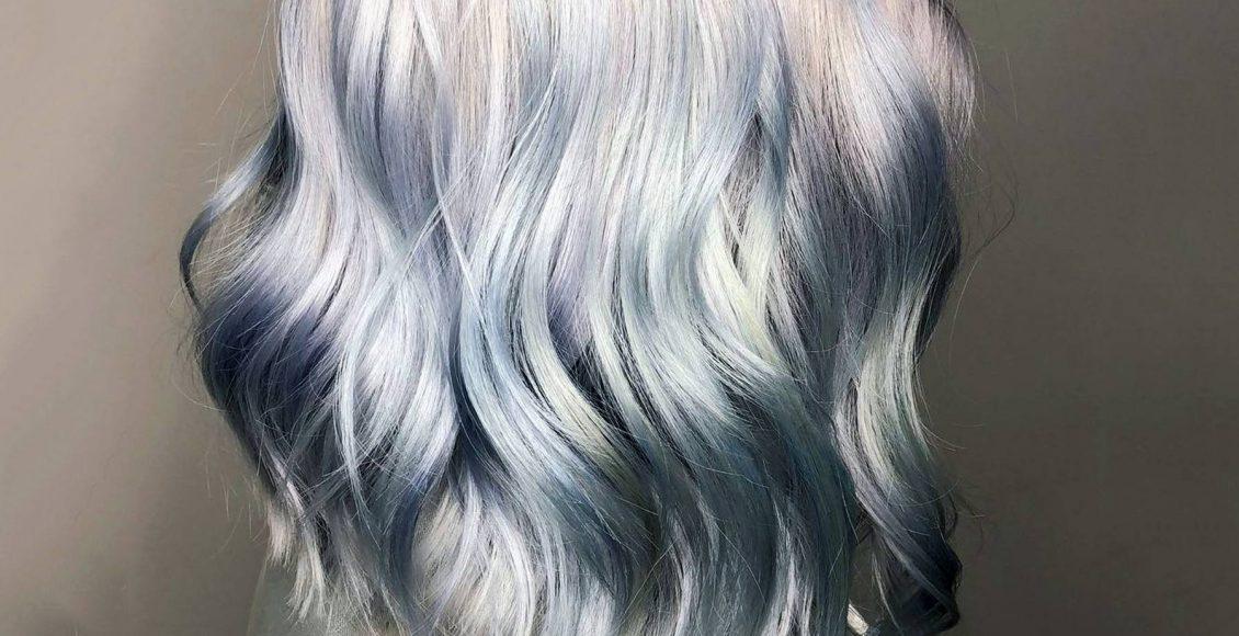 لون شعر رمادي داكن مع لمسات الأخضر الزيتي لصاحبات البشرة السمراء