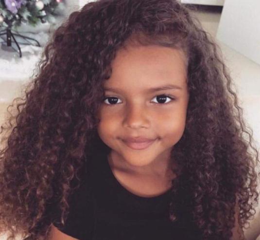 أفكار ملهمة لتسريح شعر ابنتك الكيرلي قبل الذهاب إلي المدرسة