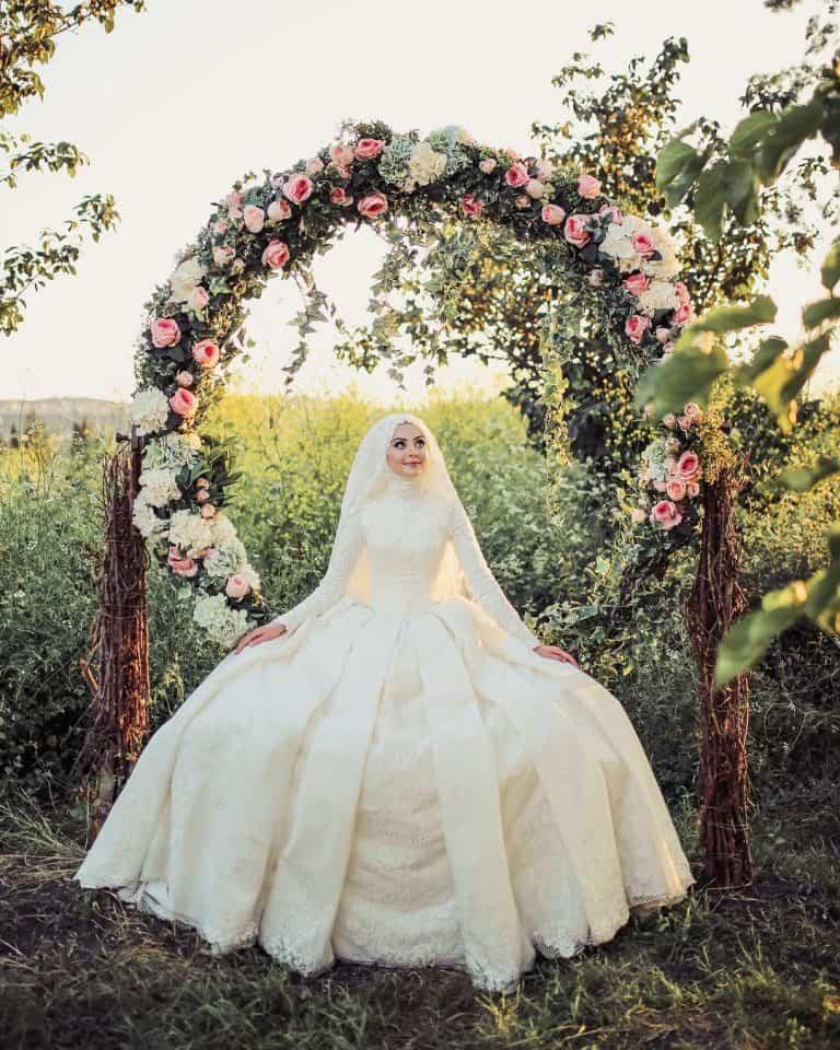 إطلالة غاية في الرقة والنعومة للعروس المحجبة موضة 2020