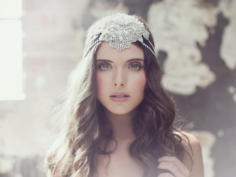 التاج يُزين تسريحات شعر العرائس الطويل