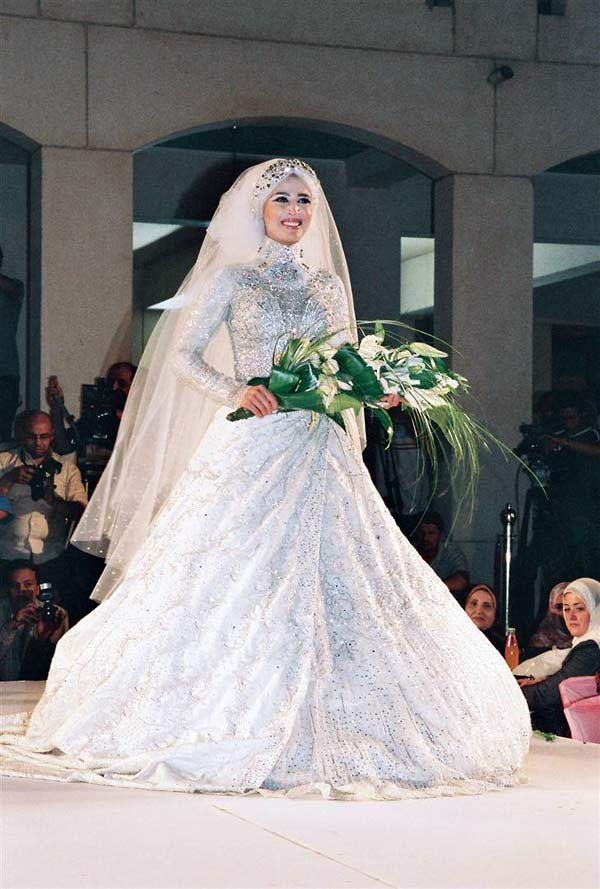 التطريزات البراقة تُزين فستان العروس المحجبة موضة 2020