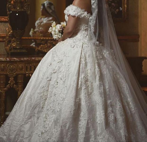 التطريزات المميزة تُزين فساتين زفاف العروس الخليجية