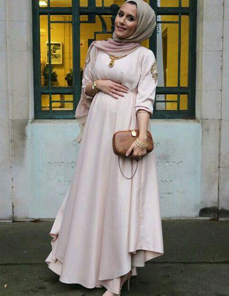 مدونة الموضة الشهيرة دينا طوكيو بفستان باللون الأوف وايت للمحجبات الحوامل