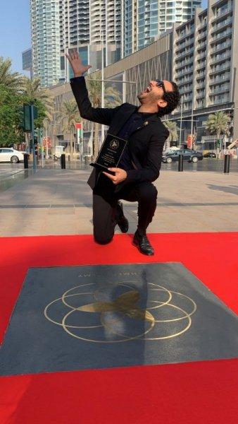 الفنان أحمد حلمي يحصل على نجمته بممر المشاهير في دبي