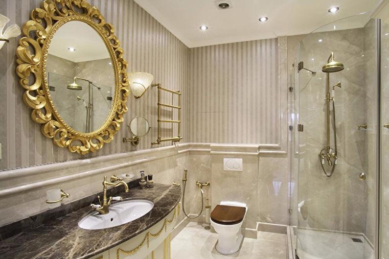 المرآه ذات الأطر الذهبية تزين حمام ذو طابع أوروبي