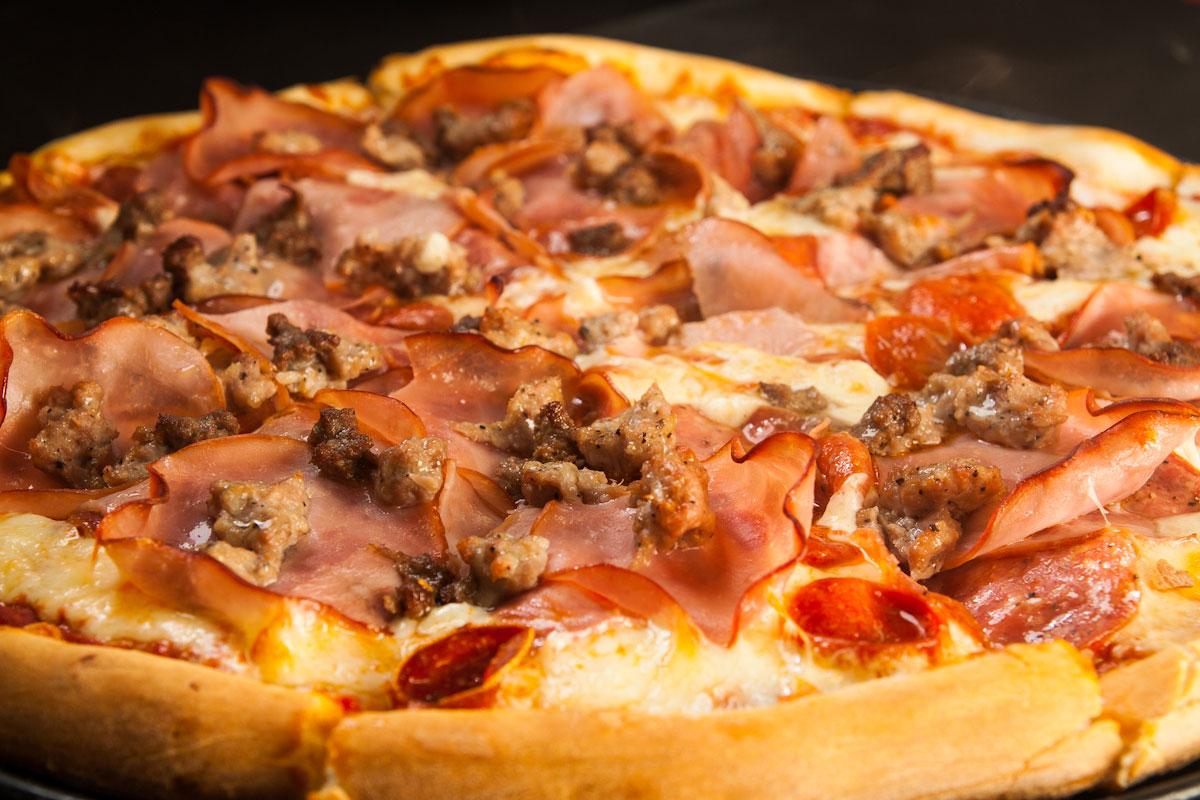 بيتزا بالجبنه واللحمه المفرومه