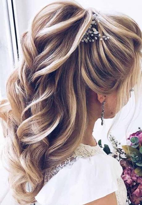 تسريحات شعر مميزة لصاحبات الشعر الطويل من العرائس