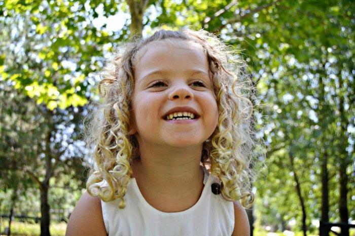 تسريحة عفوية للفتيات التي يرغبن بإطلاق شعرهن دون عقده بالرباط