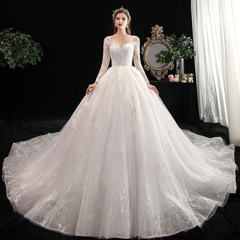 تمتعي بطلة مثالية خلال يوم زفافك بتصميم فستان ملكي موضة 2020