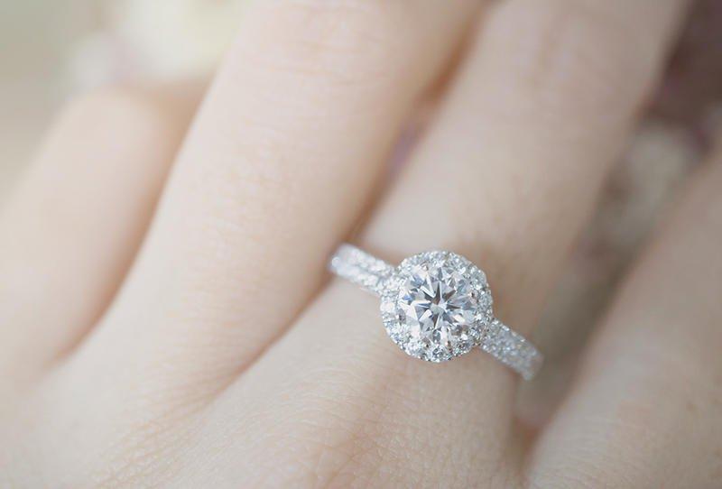 دبلة من الماس ذات تصميم قمة في النعومة والرقي
