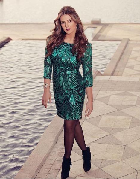 دنيا سمير غانم تتألق في ثوب سهر قصير براق من اللون الأخضر