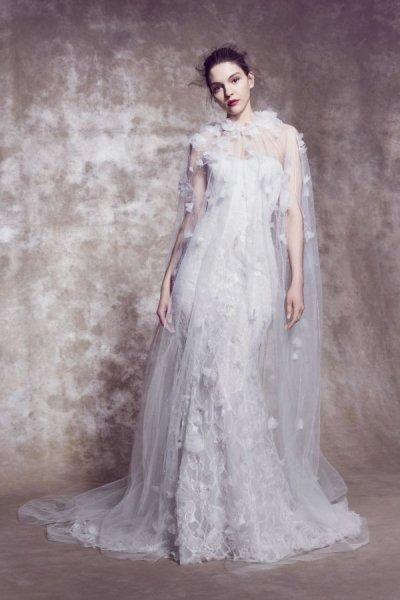 دور الأزياء العالمية تُبدع في تصميم فساتين الزفاف الرومانسية الطابع
