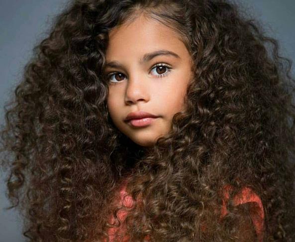 طرق مميزة لتسريح شعر طفلتك الكيرلي الجذاب