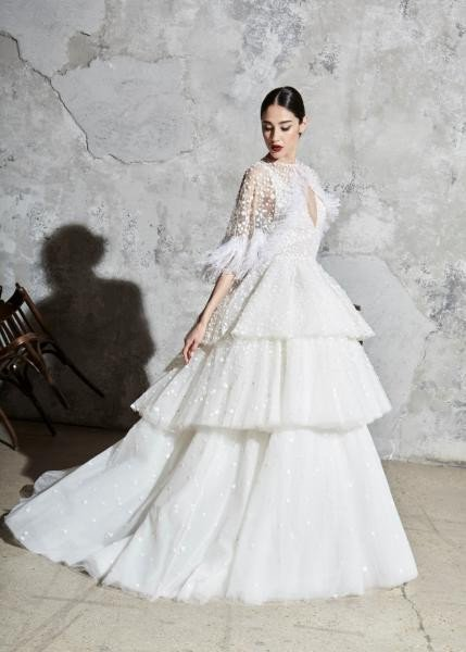 فستان عُرس مميز ذو طبقات متعددة