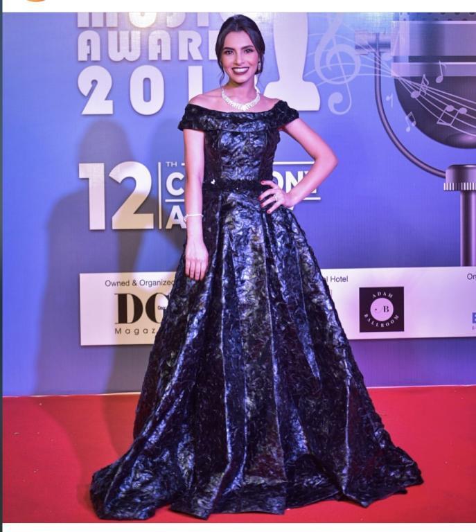 فستان من اللون الأسود البراق ارتدته المطربة كارمن سليمان خلال إحدى إطلالاتها