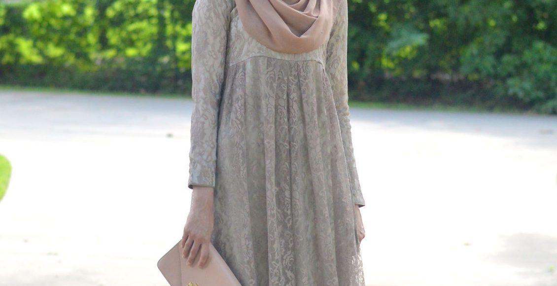 لينا أسد بفستان سهرة باللون البيج للحوامل المحجبات