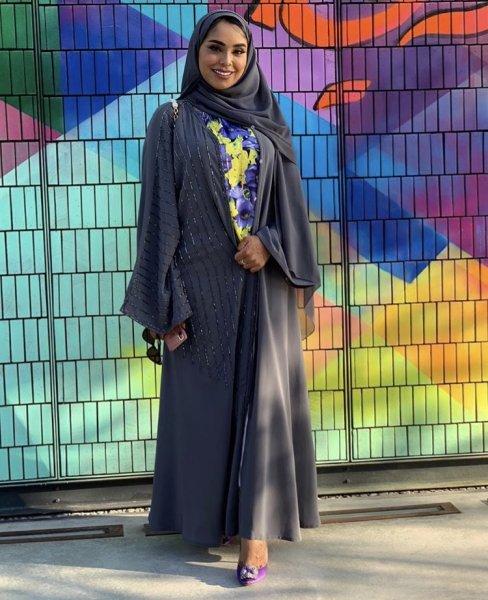 مدونة الموضة إماراتية الجنسية فاطمة المازمي بعباية من اللون الرمادي