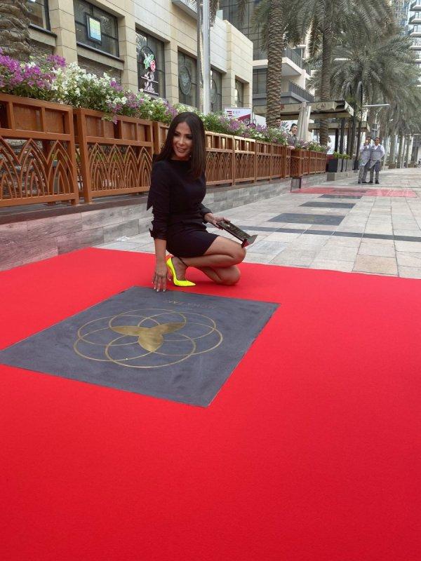 منى زكي تحصل على نجمتها بممر المشاهير في دبي